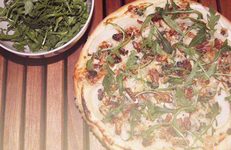 PIZZA POIRES ROQUEFORT NOIX MIEL 1 Pizza poires, roquefort, noix, miel et roquette    Blog mode