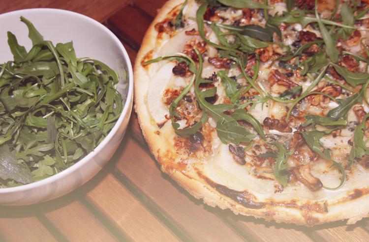 PIZZA POIRES ROQUEFORT NOIX MIEL 3 Pizza poires, roquefort, noix, miel et roquette    Blog mode