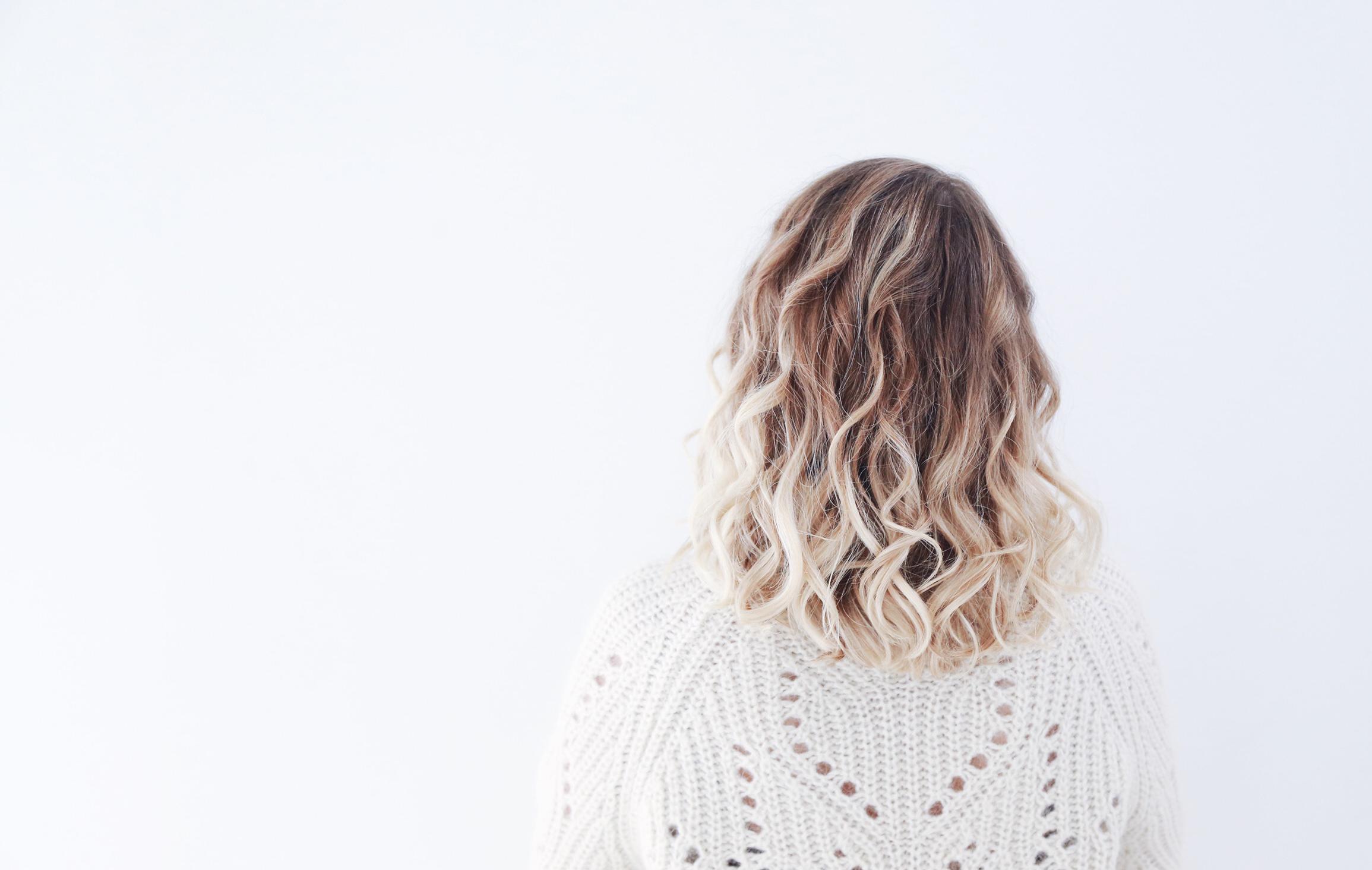 photo cheveux blonds bouclés ondulés
